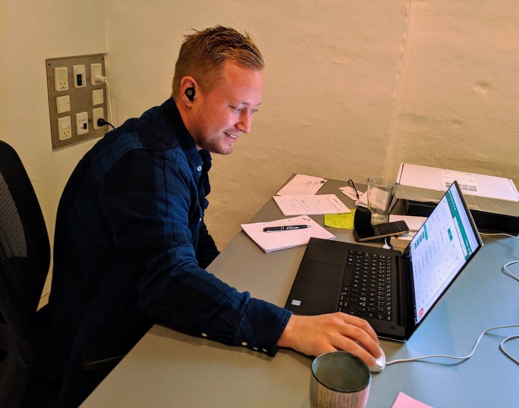 Steffen laver kundeservice for bilagsbitre kunder